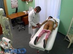 Молодая чешская пациентка сама от себя не ожидала желания потрахаться с доктором