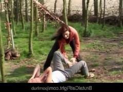 Девке очень не повезло, ведь подруга завела ее в лес и заставила там трахаться со своим мужем. А сама стояла и смотрела на сексуальное унижение девицы!