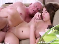 Молодой брюнетке всегда хотелось позабавиться с пенисом престарелого мужика. Именно поэтому она была так рада, когда ей представилась такая возможность опробовать его на вкус!