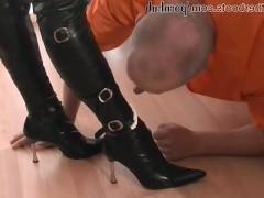 Две пьяные зрелые надзирательницы заставляют мужика лизать им сапоги