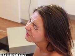 Выстрел спермы полностью заливает лицо молодой шлюшки после ее минета