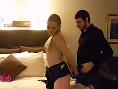 Молодая раскрепощенная шлюха предложила еблю туристу в номере отеля