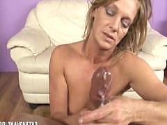 Озабоченная зрелая дама дрочит хуй мужика руками и получает за это сперму