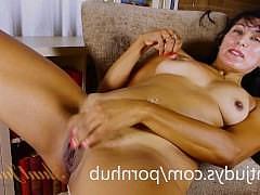 Зрелая латинская жена разденется перед мужем и подрочит свою пизду рукой