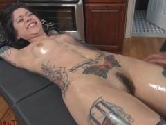 Татуированной связанной сучке, лежащей голышом на спине, многое предстоит выдержать от рук злостной госпожи. Но она намерена справиться со всеми испытаниями!