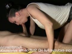 Стоящий хуй парня наслаждается отсосом со стороны умелой молодой любительницы