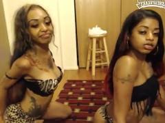 Молодые чернокожие лесбиянки с татуировками бесстыдно позируют перед камерой