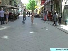 Этой сладенькой девице нравится ходить голой по улицам города и радоваться тому, что на нее все смотрят с таким желанием. Она купается в этих взглядах и очень возбуждается!
