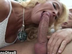 Шикарная зрелая блондинка разбирается с фаллосом парня дырками