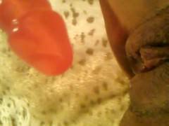 Половые губки зрелой негритянки внимают вибратор и доставляют экстаз хозяйке