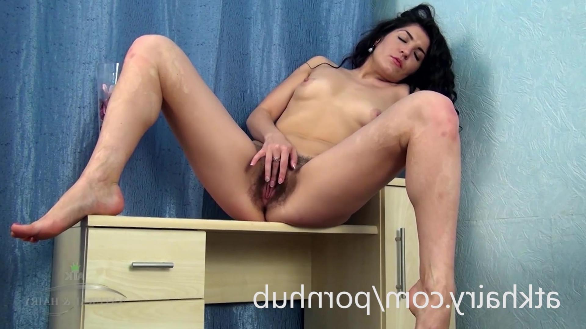 Секс с русской небритой брюнеткой фото 540-839