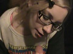 Хуй парня получает качественную обработку во рту молодой девицы в очках