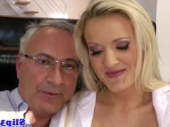 Развратная молодая медсестра лечит старого мужика крутым сексом