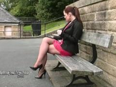 Длинноногая зрелая сучка в юбке показывает свои холеные ножки на улице