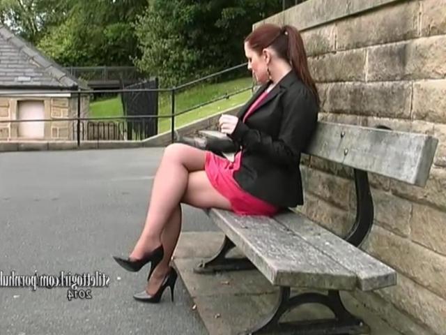Порно на улице в юбках фото