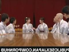 Молодая японка лихо трахается на глазах у своих соратников