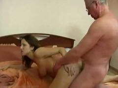 Гиг Порно  Молодая развратница легко соблазнила зрелого соседа и заставила выебать ее на кровати
