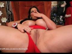 Гиг Порно  Какой же новый год без хорошей мастурбации – решила зрелая развратная порно звезда и устроила потрясающую дрочку своей вагины прямо возле елочки!