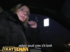 Зрелая блондинка решила расплатиться сексом за проезд в такси