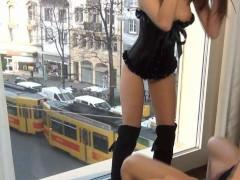 Раз ухажер пожелал поиметь ее возле окна в задницу, сучка не стала препятствовать этому развратному действу. Пускай прохожие наблюдают за их распутством и удивляются!