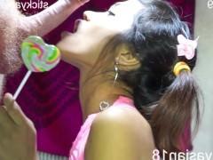 Молодая азиатка любит отсосать фаллоса после чупа-чупса