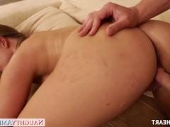Зрелая порно модель обсудила с парнем все аспекты секса и лихо трахается