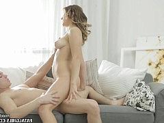 Гладко выбритая пизда русской девки наслаждается ласками хуя парня