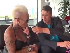 Татуированная зрелая порно звезда с большими дойками хочет бешеной ебли