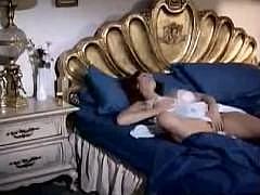 Зрелая баба пришла в спальню к молодому парню и сделала ему минет