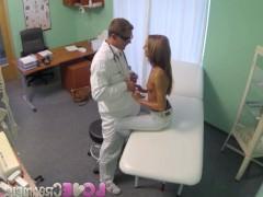 Гиг Порно со своей девушкой Пошлая молодая пациентка легко согласилась на секс с врачом