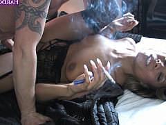 Зрелая чернокожая сучка курит сигарету пока фаллос трахает ее пизду
