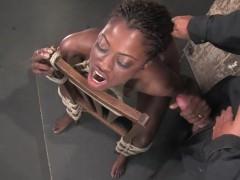 Негритянку привязали к стулу и жестоко ебут секс игрушками