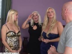 Три озабоченные зрелые блондинки устроили в спальне оргию с двумя мужчинами