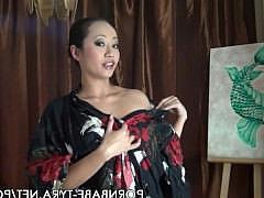 Зрелая азиатка рисует пальцами эротическую картину на своей пизде