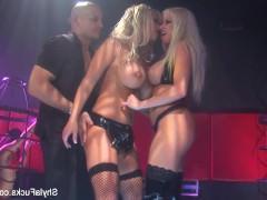 Зрелая порно звезда ебется с подругой и каким-то чуваком прямо на сцене ночного клуба
