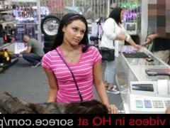 Молодая покупательница ебется с продавцом в счет оплаты своей покупки