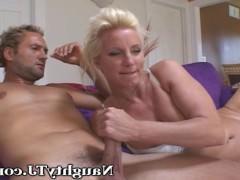 Гиг Порно  Зрелая супруга уверенно ебется дома вместе с мужем и его заманчивым другом