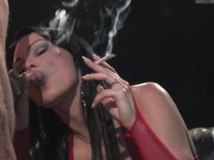 Курящая брюнетка просто невероятно умудрилась проделать два дела одновременно. Она не только курила сигарету, но и всячески принимала хер партнера в свою вагину!