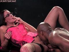 Это только с виду может показаться, что порно звезде не нравится фаллос чернокожего любовника. На самом деле, она просто курит, чтобы сдержать свою похоть и успокоиться!