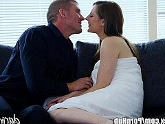 Гиг Порно  Получила интимный подарок от любовника и благодарит того классной еблей