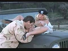 Пара возбужденных военных устроила траханье возле армейского джипа
