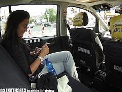 Таксист классно выебал молодую пассажирку на заднем сиденье авто