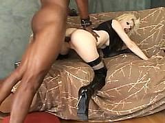 Большой черный хуй негра жестоко вторгается в пизду блондинки