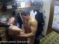 Азиатская порно модель была невероятно удивлена тем фактом, что парень так беспардонно вторгся в комнату, где она примеряла одежду. Но не упустила случая с ним потрахаться!