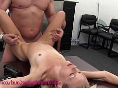 Зрелая дама спокойно впустила хуй порно агента на кастинге в свою жопу