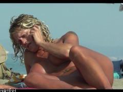 Отдыхающие на пляже женщины все чаще предпочитают загорать нагишом. А это значит, у дрочеров есть прекрасная возможность наслаждаться их сладкими прелестями!