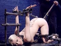 Блондинка и близко не подозревала, что существует такое множество металлических предметов, с помощью которых можно жестоко трахать женские дырки!