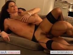 Молодая порно модель жадно ебется с ухажером после принятия душа