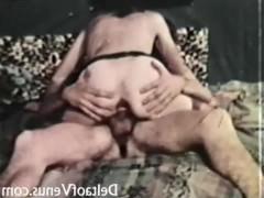 Несмотря на жестокие заросли на своей пизденке, девица надела чулки, чтобы, хоть чем-то, соблазнять парня на траханье. Именно так в прошлом веке бабы пытались быть желанными!
