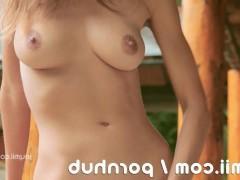 Гиг Порно  Влагалище красивой молодой порно модели будет оттрахано дилдо во дворе